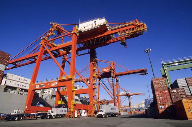 Терминал с контейнерным судном для разгрузки доков, порт Ванкувер, Британская Колумбия, Канада . — стоковое фото