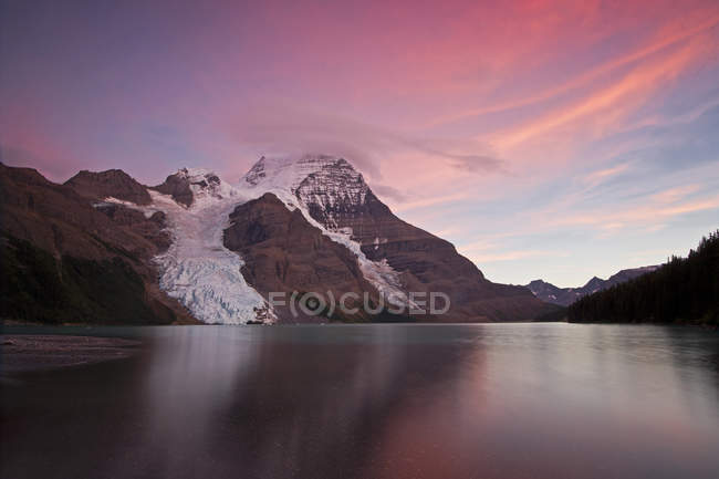Tramonto sopra il Monte Robson e Lago di Berg con il ghiacciaio di Berg, Thompson Okanagan regione, Columbia britannica, Canada — Foto stock
