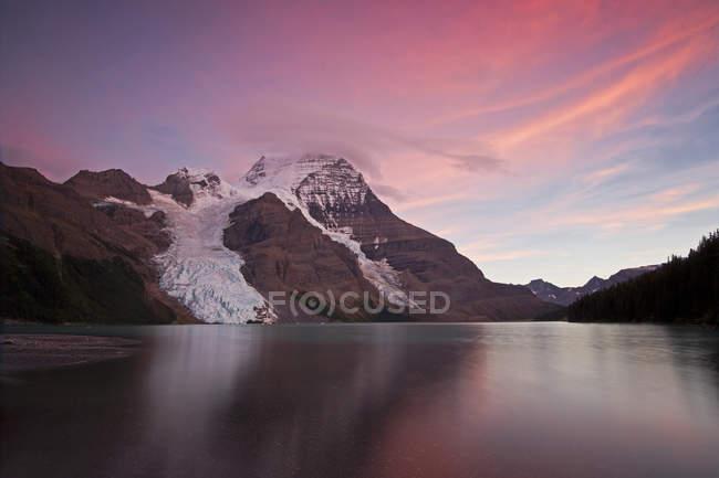 Закат над Маунт Робсон и озеро Берг с Берг ледник, Томпсон Оканаган региона, Британская Колумбия, Канада — стоковое фото