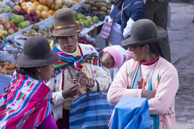 Local women in traditional clothing in market scene at Pisac, Peru — Stock Photo