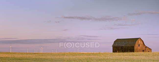 Alte Scheune und Windturbinen in der Nähe von Trochu, Alberta, Kanada — Stockfoto