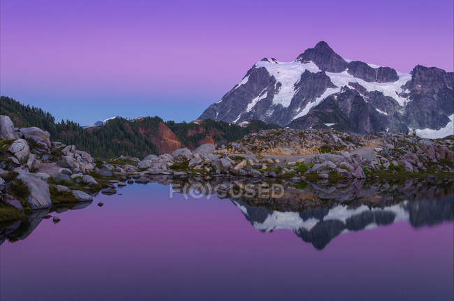 Reflet du mont Shuksan dans le tarn alpin, Mount Baker-Snoqualmie National Forest, Washington, États-Unis d'Amérique — Photo de stock