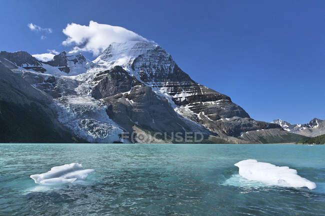Pezzi di ghiaccio hanno partorito dal ghiacciaio Berg nel lago Berg, Mount Robson Provincial Park, Columbia Britannica, Canada — Foto stock