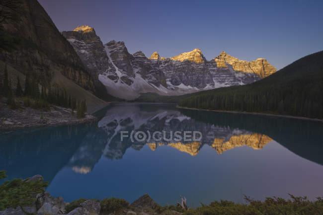 Alpenglow dans les montagnes Rocheuses avec reflet dans le lac Moraine, vallée des Dix Pics, parc national Banff, Alberta, Canada . — Photo de stock