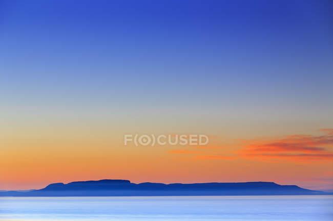 Silhouette du Parc Provincial Sleeping Giant, sur le lac supérieur, à l'aube, Thunder Bay, Ontario, Canada — Photo de stock