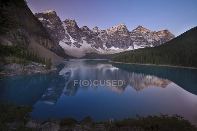 Sunrise at Moraine Lake with mountain reflection, Valley of Ten Peaks, Banff National Park, Alberta, Canada. — Stock Photo