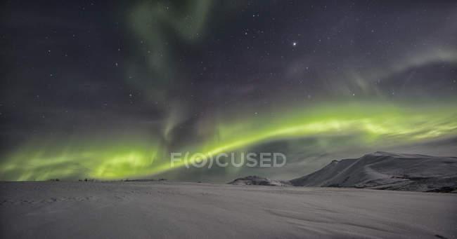 Nordlicht über Schnee bedeckt Tundra entlang Dempster Highway, Yukon, Kanada. — Stockfoto
