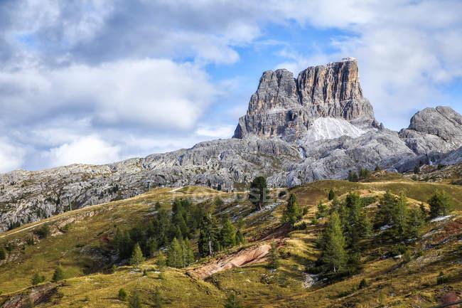 Falzarego col de haute montagne dans les Dolomites d'Italie . — Photo de stock