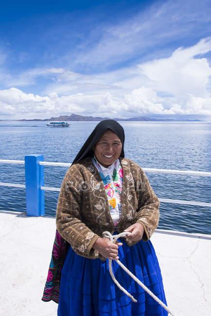 Femme locale à l'île d'Amantani, lac Titicaca, Pérou — Photo de stock