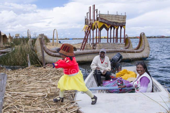 Місцеві жителі Чекіс плаваючих рід острови Uros, озеро Тітікака, Перу — стокове фото