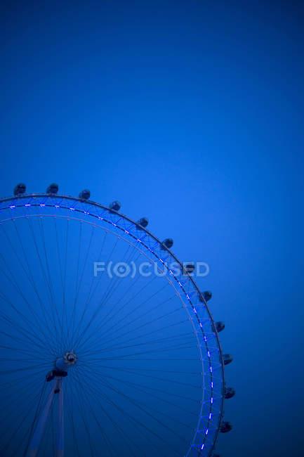 Лондонське око частина вночі проти синього неба — стокове фото