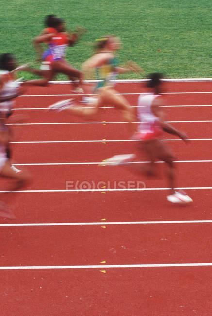 Лёгкая атлетика, спринтеры на ржавой трассе, Британская Колумбия, Канада . — стоковое фото