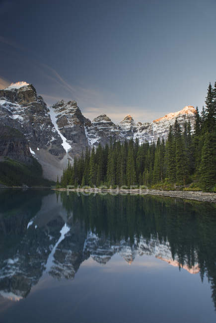 Wenkchenma Peaks of Rocky mountains and Moraine Lake, Banff National Park, Alberta, Canada — Stock Photo