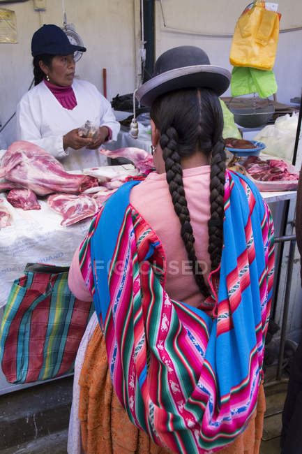 Populations locales dans la scène du marché de Puno, lac Titicaca, Pérou — Photo de stock