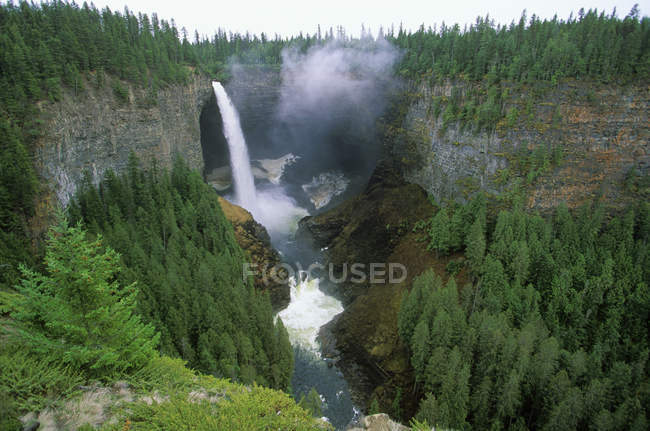 Scenic Helmcken Falls of Wells Gray Provincial Park, British Columbia, Canada. — Stock Photo