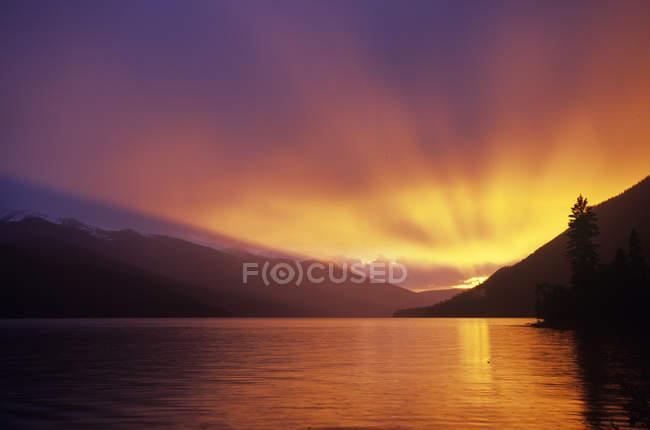 Paysage au coucher du soleil du lac Isaac, parc provincial Bowron Lakes, Colombie-Britannique, Canada . — Photo de stock