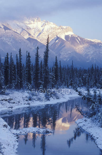 Pôr do sol de inverno na faixa de Miette e reflexão em lagoa junto no Parque Nacional de Jasper, Alberta, Canadá — Fotografia de Stock