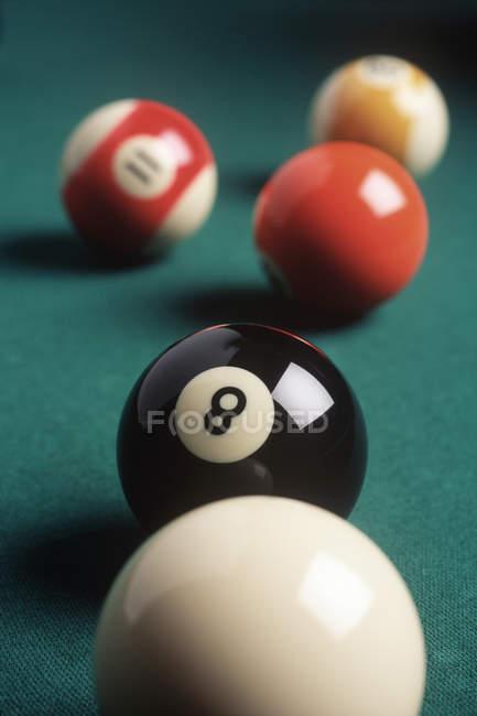 Восьмий куля і більярдних куль на зеленому столі, Закри — стокове фото