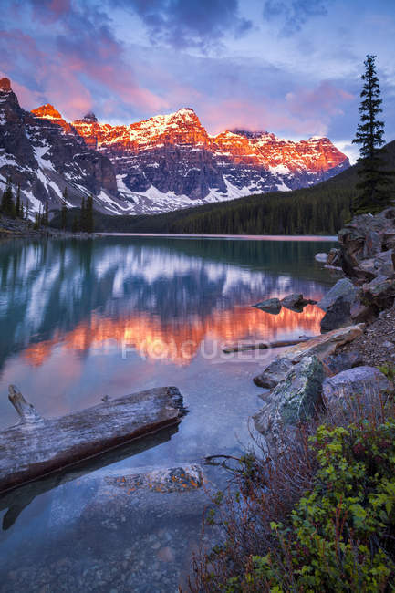 Sunrise over Moraine Lake and Valley of Ten Peaks in Banff National Park, Alberta, Canada — Stock Photo