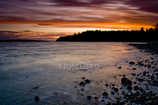 Скелястий берег Міртл точки на заході сонця біля Powell River, Британська Колумбія, Канада. — стокове фото