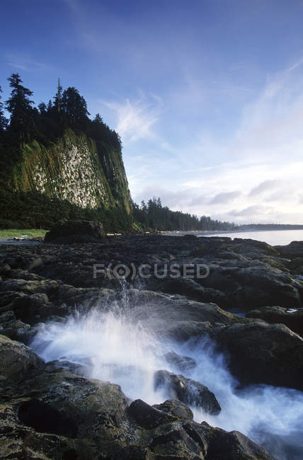 Scena tranquilla della costa rocciosa di Haida Gwaii con Tow Hill sull'isola Graham al crepuscolo, Columbia Britannica, Canada . — Foto stock