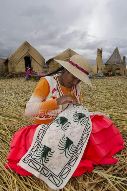 Artigianato femminile locale nel villaggio di canne isola di Uros, Lago Titicaca, Perù — Foto stock