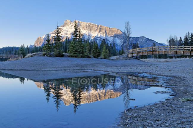 Monte Rundle refletindo no lago da cascata, Parque Nacional de Banff, Alberta, Canadá. — Fotografia de Stock