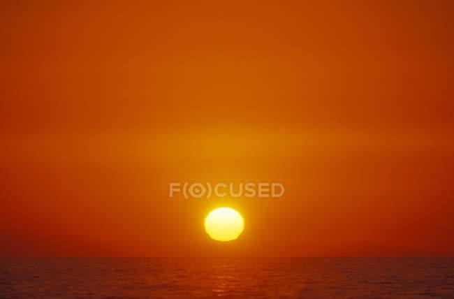 Pôr do sol sobre o horizonte oceânico, Colúmbia Britânica, Canadá . — Fotografia de Stock