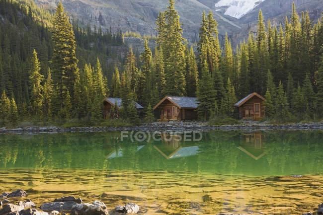 Lodge cabins at Lake Ohara shore in Yoho National Park, British Columbia, Canada — Stock Photo