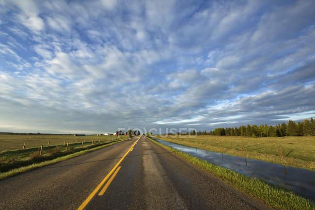 Malerische Wolkengebilde über Grand Valley Road in der Nähe von Cochrane, Alberta, Kanada — Stockfoto