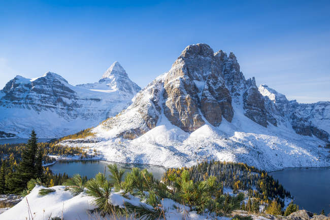 Snow-capped mountain landscape of Mount Assiniboine Provincial Park, British Columbia, Canada — Stock Photo