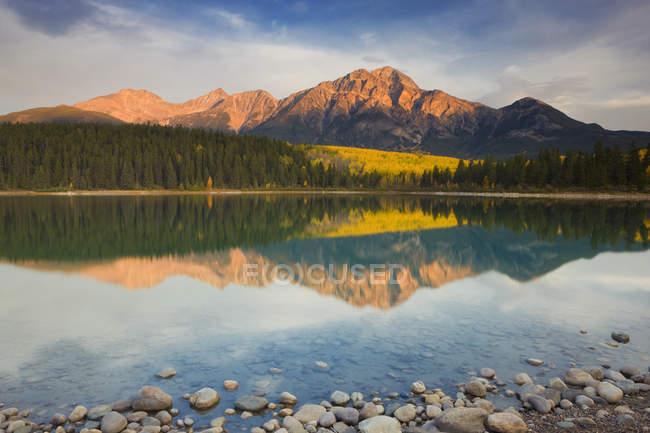 Montanha de pirâmide, refletindo em Patricia Lake, Parque Nacional de Jasper, Alberta, Canadá — Fotografia de Stock