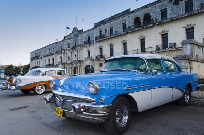 Automobili classiche americane che espongono da facciata vecchio edificio di L'Avana, Cuba — Foto stock