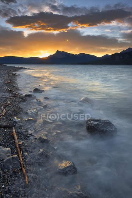 Sunset behind mountains by Abraham Lake, Kootenay Plains, Alberta, Canada — Stock Photo