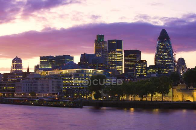 Edifici per uffici lungo Tamigi al crepuscolo, Londra, Inghilterra, Regno Unito. — Foto stock