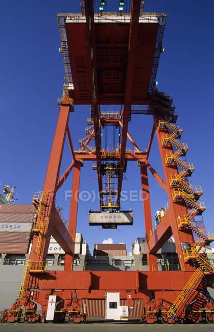 Терминальный кран для разгрузки контейнерного судна, порт Ванкувер, Британская Колумбия, Канада . — стоковое фото