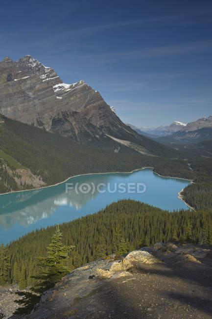 Lago Glacial Peyto en las montañas del Parque Nacional Banff al atardecer, Alberta, Canadá - foto de stock