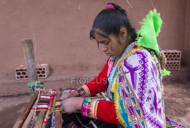 Jovem local realizando tecelagem tradicional, Pisac, Peru — Fotografia de Stock