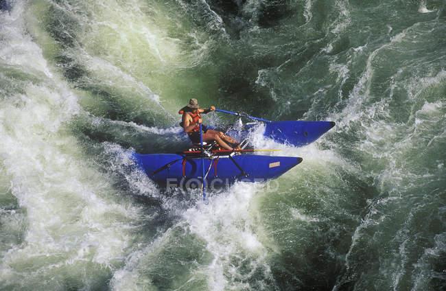 Rafting uomo whitewater su Kicking Horse River, British Columbia, Canada . — Foto stock
