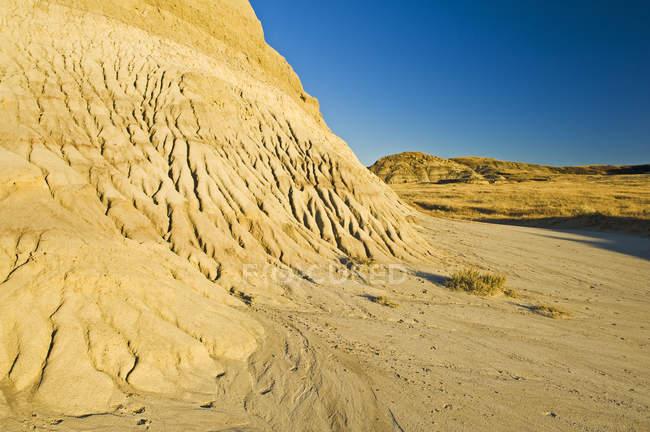 Трещины Хилл и голубое небо., лугопастбищные угодья национального парка — стоковое фото