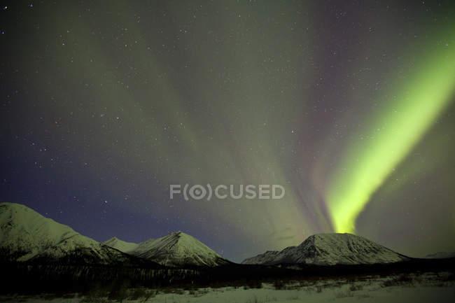 Aurora borealis above mountains outside of Whitehorse, Yukon, Canada. — Stock Photo