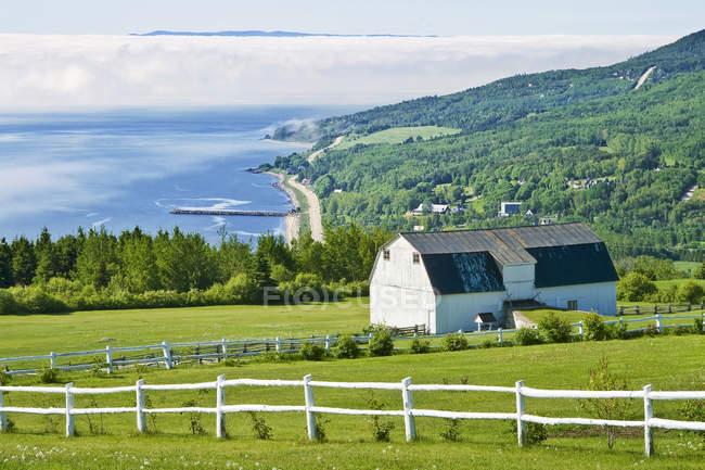 Dorf von Saint-Irenee am Rand des Sankt-Lorenz-Strom in Charlevoix, Quebec, Kanada — Stockfoto