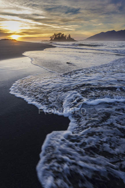Waves washing shoreline of Whaler Islet as sunset in Clayoquot Sound, British Columbia Canada. — Stock Photo
