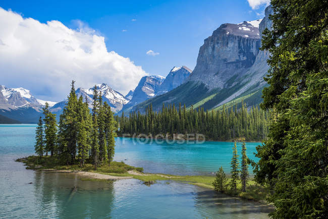Île Spirit couverte d'arbres verts sur le lac Maligne, parc national Jasper, Alberta, Canada — Photo de stock