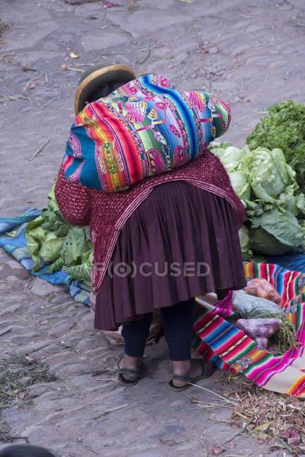 Місцеві жінка в традиційному одязі в ринку сцени в місті Pisac, Перу — стокове фото