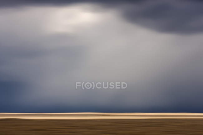 Pradaria sob céu dramático nublado perto de Cypress Hills, Alberta, Canadá — Fotografia de Stock