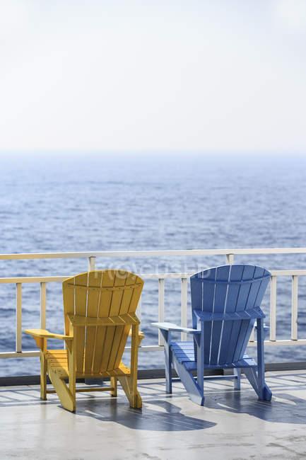Барвисті патіо стільці з видом на Джорджіан на пірсі озера Гурон, Онтаріо, Канада — стокове фото