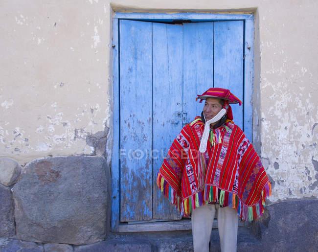 Місцевим чоловік у традиційному одязі на вулицю села Ollantaytambo, Перу — стокове фото