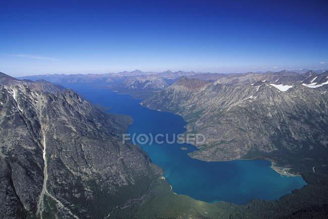 Veduta aerea del lago Chilko sulle montagne del Parco Provinciale di Tsylos, Columbia Britannica, Canada . — Foto stock
