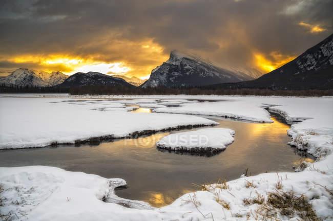 Céu dramático sobre Monte Rundle no inverno, o Parque Nacional de Banff, Alberta, Canadá — Fotografia de Stock